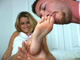 그녀의 몸집이 작은 발을 숭배하다.