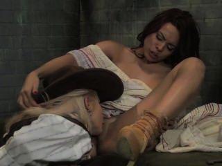 루나 스타는 큰 가슴 레즈비언 보안관에 의해 쿠바 음부를 핥았습니다!