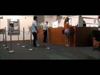 소녀는 경비원에 의해 은행에서 번쩍이는 잡힌다.