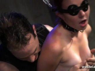 주인과 섹스 토이를 가진 오르가슴을받은 눈꺼풀에 매달린 노예