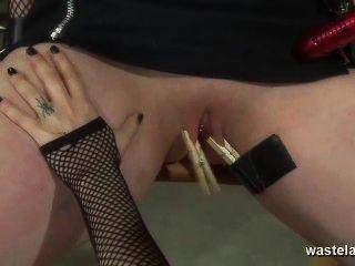 레즈비언 여주인은 섹스 토이와 손가락으로 오르가즘에 여자 친구를 데려옵니다