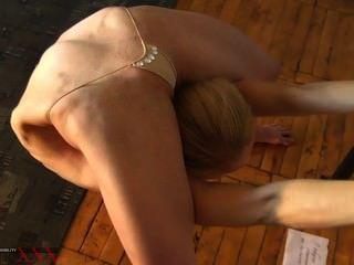 tanya에서 극단적 인 색정적 인 contortion contortionist