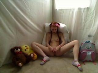 뜨거운 사춘기 빨간 머리 돌리는 footie 잠옷에있는 약간 자위한다