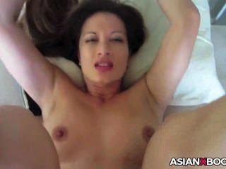 가슴이 아픈 아시아 creampied gets