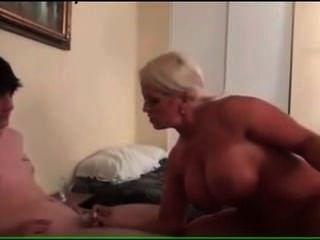 큰 tittted 쿠거 엄마가 그녀의 의붓 자식을 망친다.