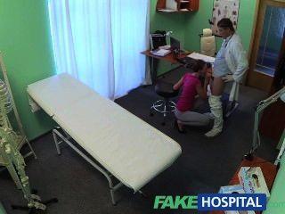 가짜 병원 짧은 머리의 애호가에게는 보험이 없지만 아주 꽉 짜인 보지가 있습니다.