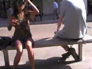 공중에서 바지를 흔드는 아시아 사람