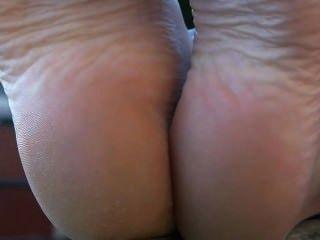 발바닥을 보여주는 맨발의 맨발의 발바닥