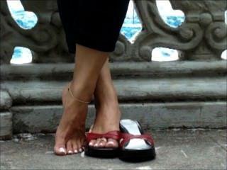 섹시한 긴 발가락으로 신발을 가지고 노는