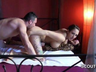 독일의 진짜 매춘부 십대는 집에서 돈을 위해 엿 보인다.