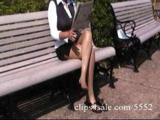 섹시한 buxom latina 비서 공원에서 팬티 스타킹에 그녀의 다리를 보여줍니다.