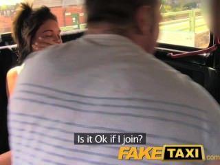 뒷좌석 택시 삼인조에서 재미있는 시간을 보내는 커플