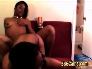 놀리는 섹시한 흑인 소녀 2 명이 웹캠을 놀거나 벗다.