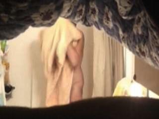 샤워에서 뜨거운 엄마
