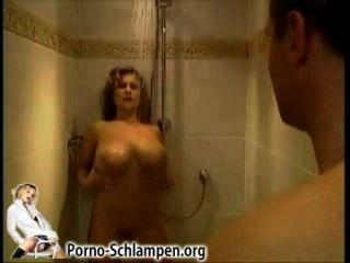 샤워 아래에 큰 가슴