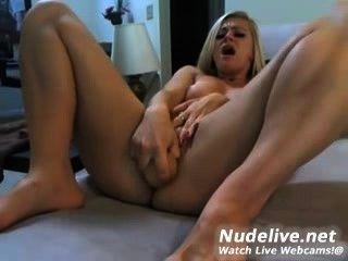 웹캠 자위 매우 섹시하고 섹시한 금발과 그녀의 딜도 라구 딜도
