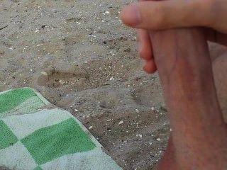 게이 녀석은 자위하고 공공 해변에서 정액