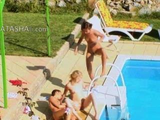 세 여자 비밀 수영장에서 빌어 먹을