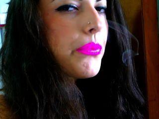 핑크 립스틱으로 연기가 난다.