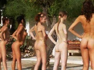 폴란드에서 온 수영장 옆의 여섯 명의 누드 소녀