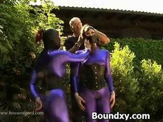 이국적인 라텍스 섹스에서 변태 매춘부 caned