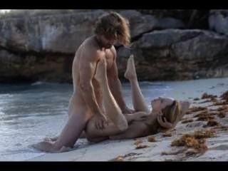 해변에서 흥분된 부부의 극단적 인 예술 섹스