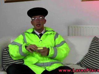 성숙한 스타킹은 경찰이 친구들을 원한다.