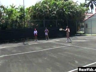 테니스 코트에서 벌거 벗은 대학생