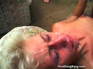 섹시한 금발의 여인이 그녀의 마지막 갱을 먹는다 part4