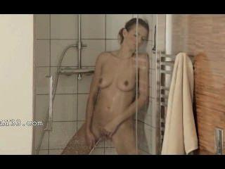 사랑스러운 샤워에서 오르가슴에 도달