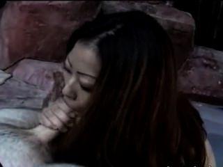 풀에서 비키니를 피우는 중국 여자