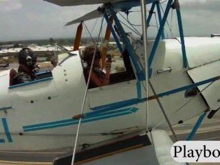 거대한 가슴을 가진 섹시한 놀이 친구가 복엽 비행기를 운전하려고합니다.