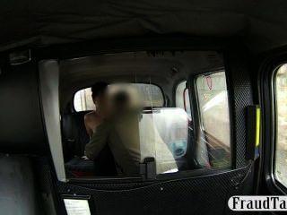 아마추어 소녀는 택시에 jizzed 그녀의 음부 creampie을 가져옵니다