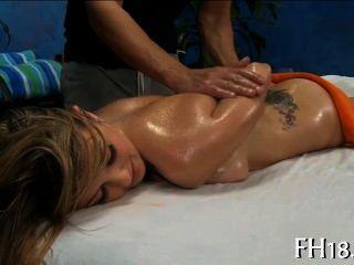 이 섹시한 18 세의 뜨거운 여자가 뒤에서 심하게 망한다.