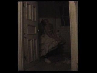 방황하는 창녀가 벽장에 갇혀있다.