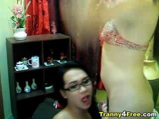 tranny는 그녀의 파트너에게 머리를 준다.
