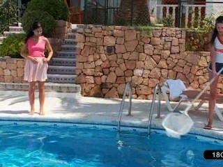 수영장에서 놀고있는 아름다운 레즈비언