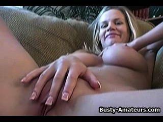 그녀의 끈적 거리는 손가락으로 거대한 병아리 새끼를 낳는다.