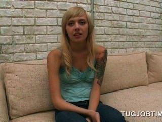 포르노 영화 오디션에서 그녀의 가슴을 번쩍 이는 십대 금발의 귀염둥이