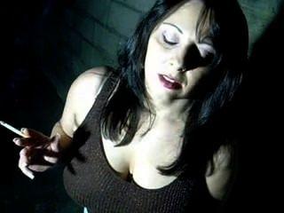 busty 베이비 담배와 그녀의 음부 손가락