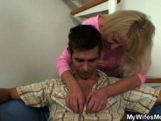 법의 아들이 술 한 잔 후에 그녀를 엿먹 였어.