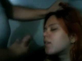 빨간 머리 아내 젠은 그녀의 남자에게서 얼굴을 얻는다.