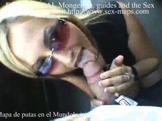 금발의 창녀가 주차 구역에 불어 난다.