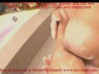 목욕중인 성매매 여성들