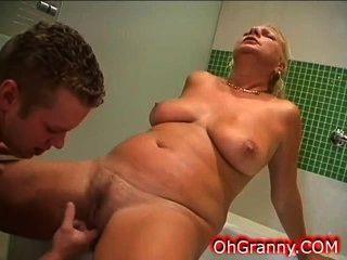 섹시한 할머니와 따뜻한 목욕 시간