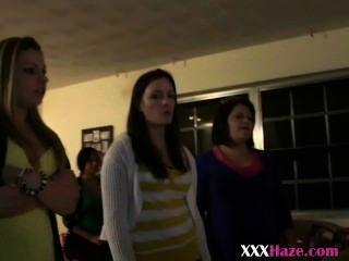 가슴 소녀들과 함께 파티를 열심히하는 대학생들.
