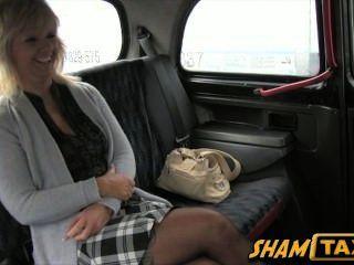 금발의 유부녀가 택시를 타고 간다. 그러나 그녀는 입과 걔 집 애를 지불한다!