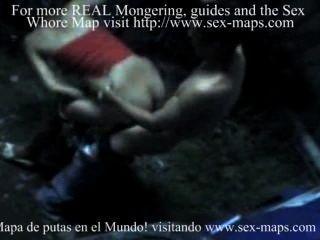 관광객과 일하는 니카라과 매춘 여성