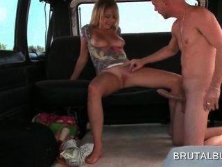 섹시한 버스에 거대한 페니스를 타고 금발 섹시한 아마추어 소녀