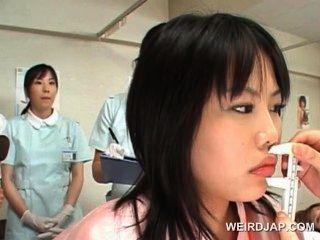 아시아 귀여운 환자가 부인과 의사를 확인합니다.